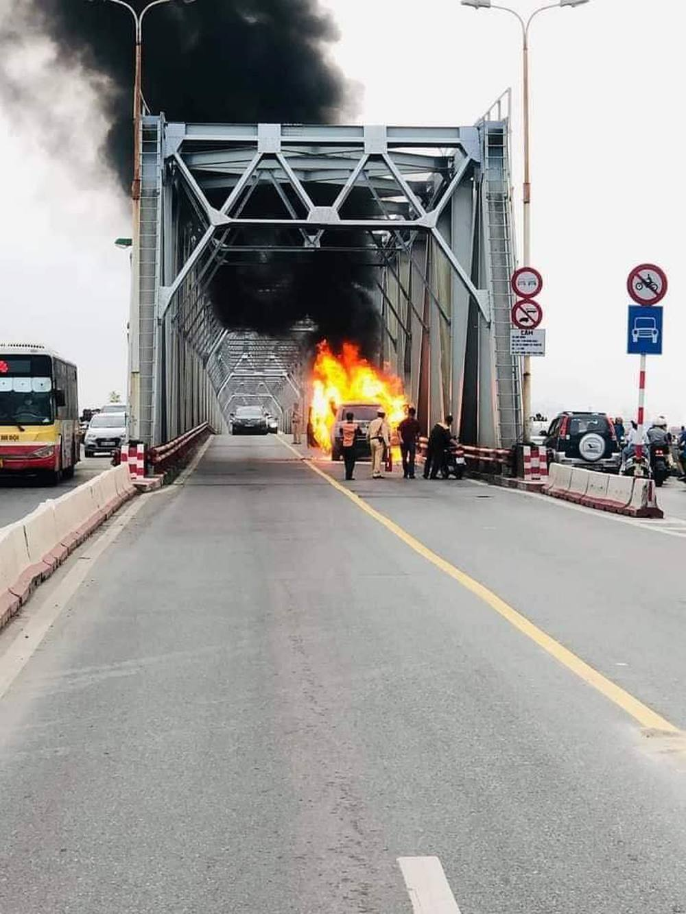 Xe Range Rover bốc cháy ngùn ngụt trên cầu Chương Dương, CSGT mở cửa xe cứu 2 người đàn ông - Ảnh 3.