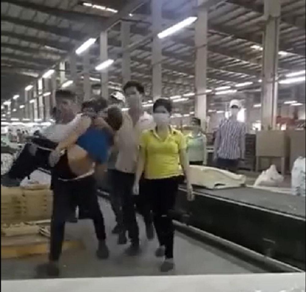 Nữ công nhân bị nam thanh niên đánh ngất xỉu ngay trong xưởng ở Đồng Nai - Ảnh 1.