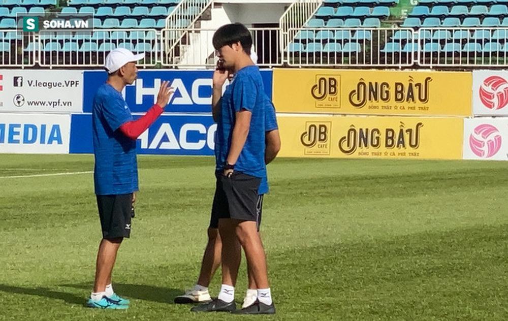 GĐKT Lee Tae-hoon trầm ngâm đi bộ, cầu thủ HAGL tươi cười dưới thời 2 HLV độc nhất vô nhị - Ảnh 4.