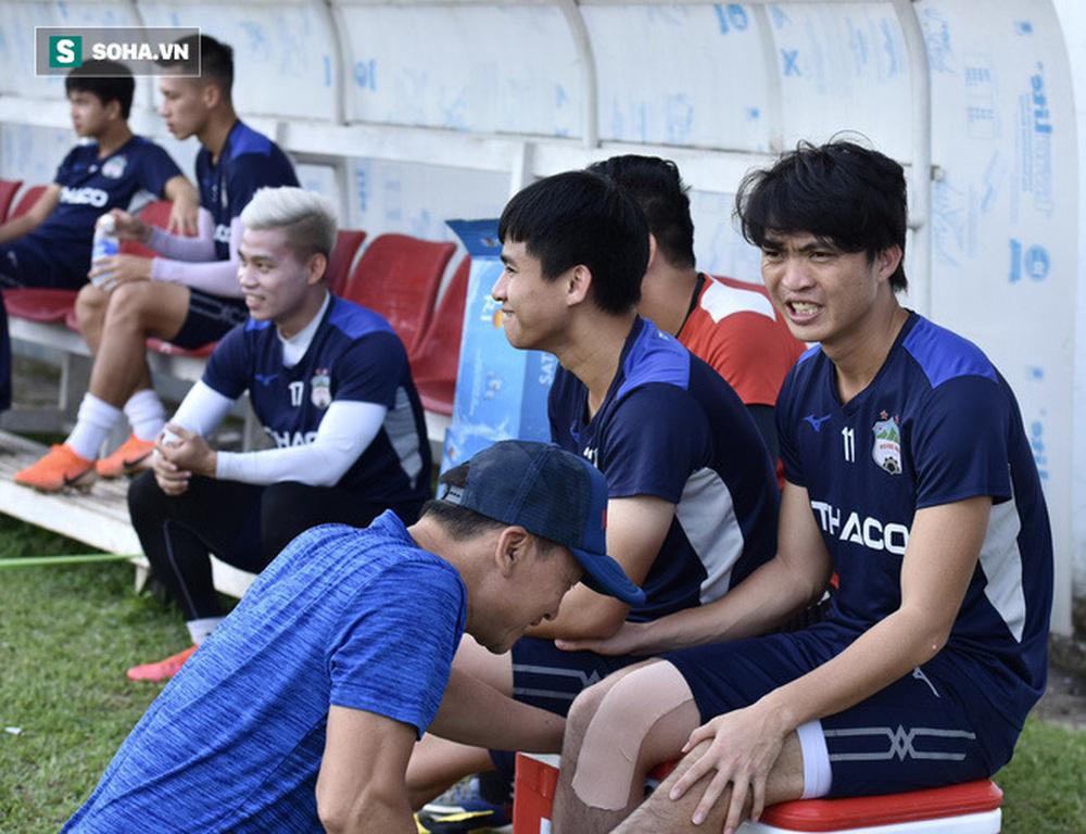 GĐKT Lee Tae-hoon trầm ngâm đi bộ, cầu thủ HAGL tươi cười dưới thời 2 HLV độc nhất vô nhị - Ảnh 3.