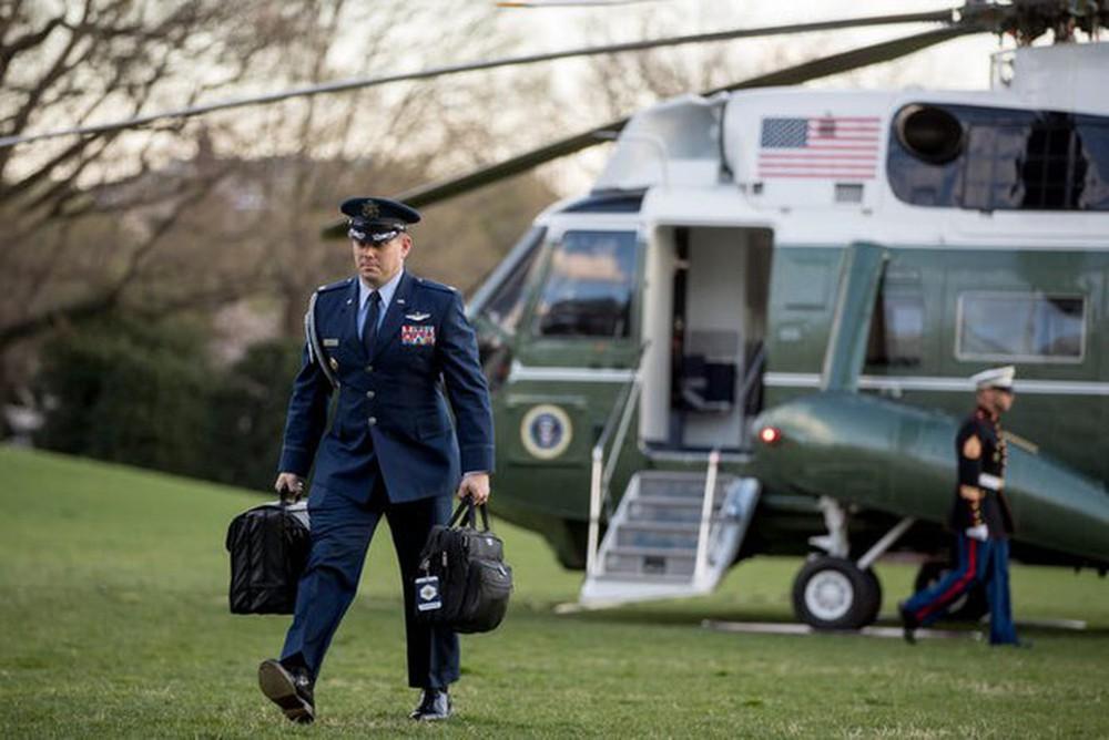 Ông Trump không tới, ai giao cặp hạt nhân cho ông Biden trong lễ nhậm chức? - Ảnh 2.