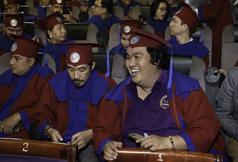 Tuổi 50, Hoàng Mập mới nhận bằng tốt nghiệp Đạo diễn, Việt Hương đòi làm điều khó tin - Ảnh 1.