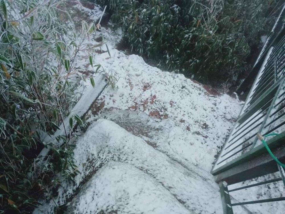 Cận cảnh tuyết rơi trắng xóa tại Y Tý, Sa Pa - Ảnh 10.