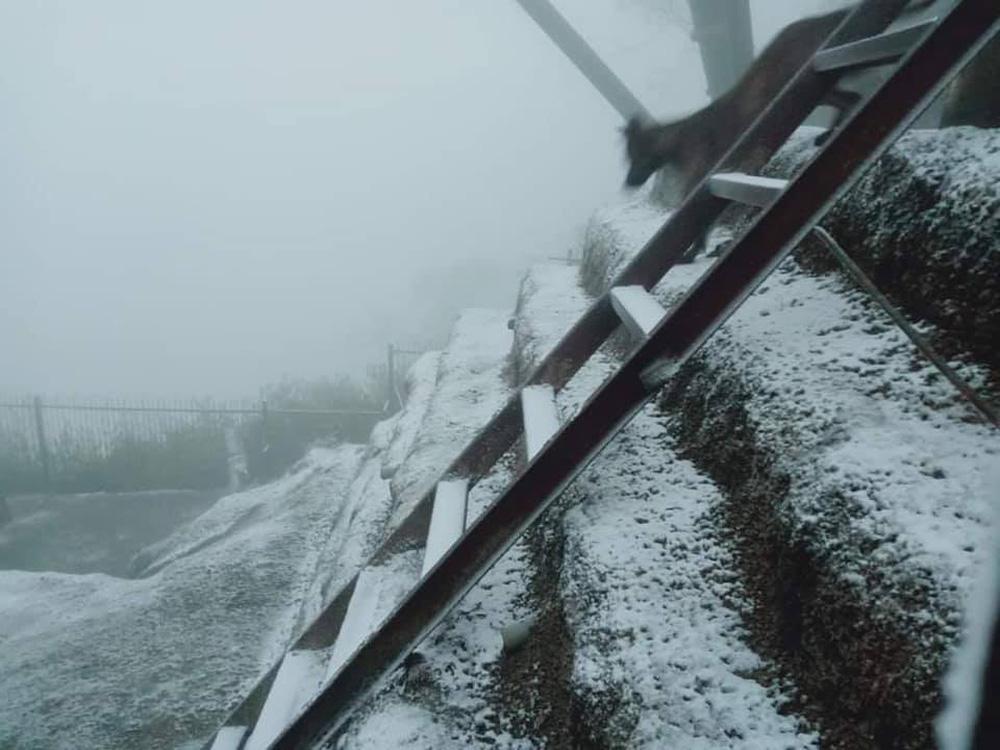 Cận cảnh tuyết rơi trắng xóa tại Y Tý, Sa Pa - Ảnh 1.