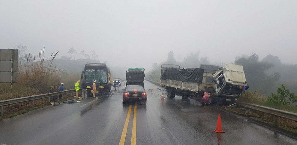 Xe tải quay đầu trên cao tốc Nội Bài - Lào Cai gây tai nạn với xe khách giường nằm - Ảnh 1.