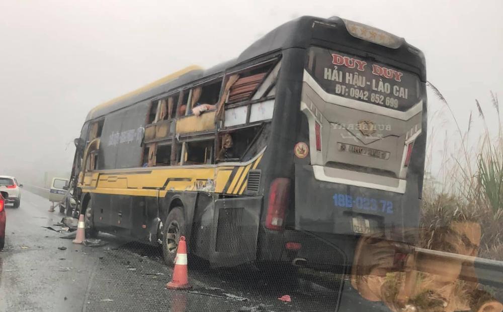 Xe tải quay đầu trên cao tốc Nội Bài - Lào Cai gây tai nạn với xe khách giường nằm