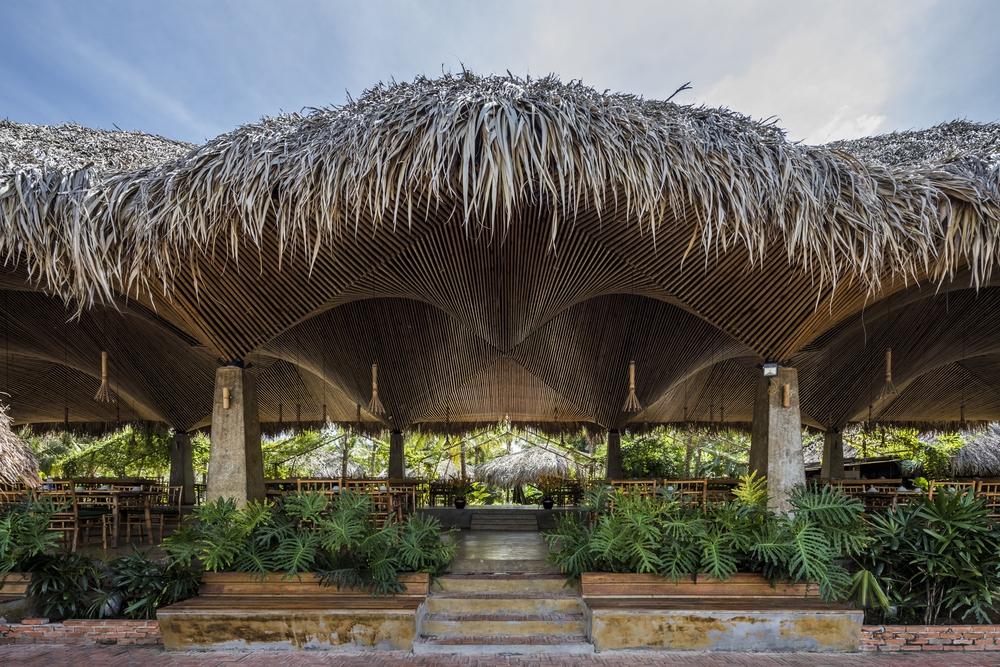 Nhà hàng mái dừa, thân tre ven sông ở miền Tây nổi bật trên báo ngoại - Ảnh 1.