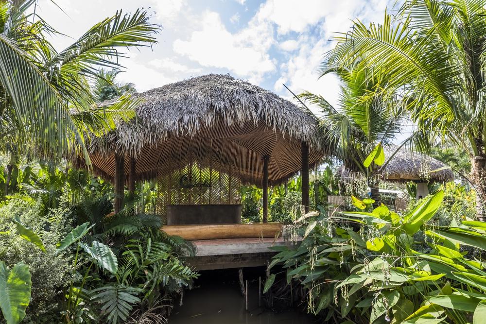 Nhà hàng mái dừa, thân tre ven sông ở miền Tây nổi bật trên báo ngoại - Ảnh 4.
