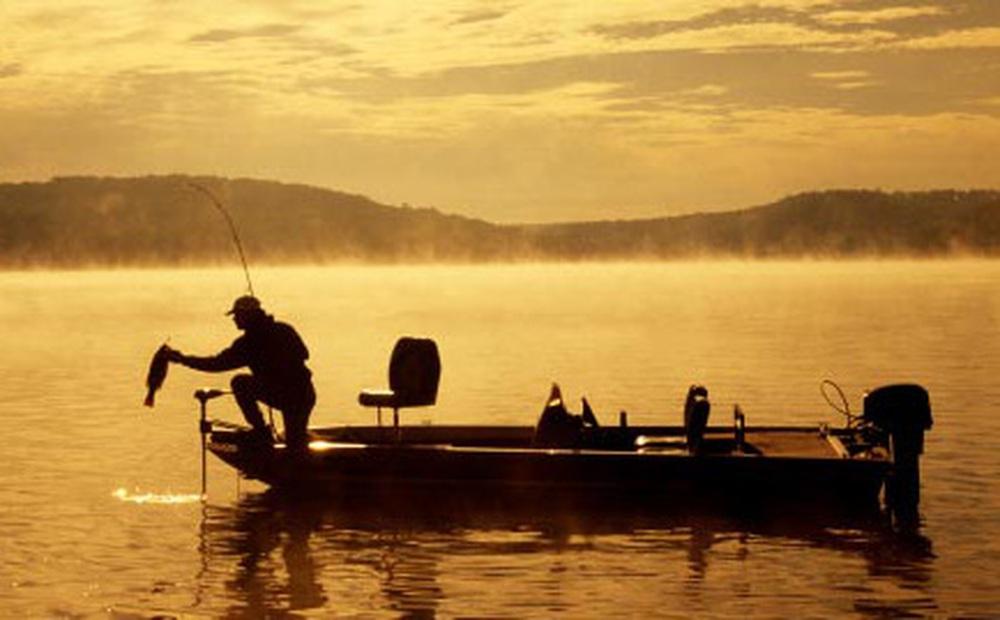 Đi ngoại tình nhưng lại nói dối vợ là đi câu cá, trở về nhà chồng tái mặt khi vợ nói 1 câu