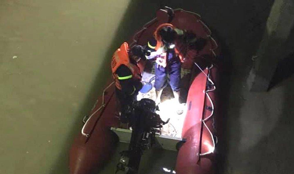 Người phụ nữ để xe máy, tư trang lại rồi nhảy cầu tự tử trong đêm lạnh - Ảnh 2.