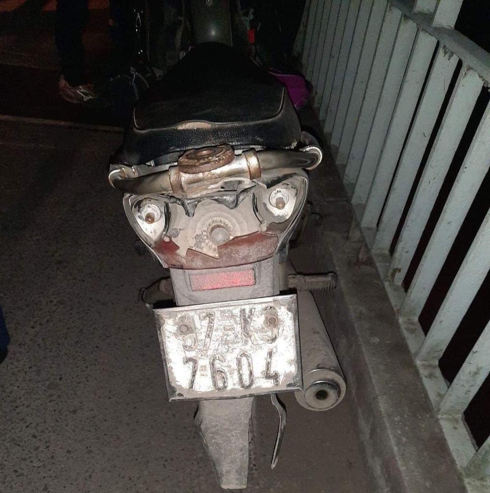 Người phụ nữ để xe máy, tư trang lại rồi nhảy cầu tự tử trong đêm lạnh - Ảnh 1.