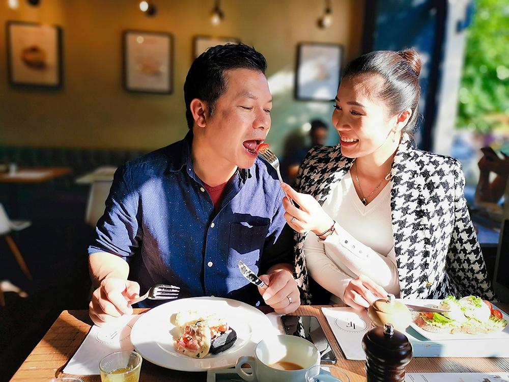 Cách đối xử ở chỗ đông người của đại gia Shark Hưng với vợ á hậu kém 16 tuổi - Ảnh 8.