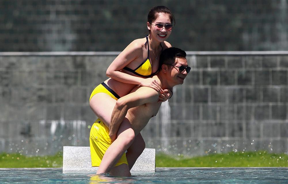 Cách đối xử ở chỗ đông người của đại gia Shark Hưng với vợ á hậu kém 16 tuổi - Ảnh 5.