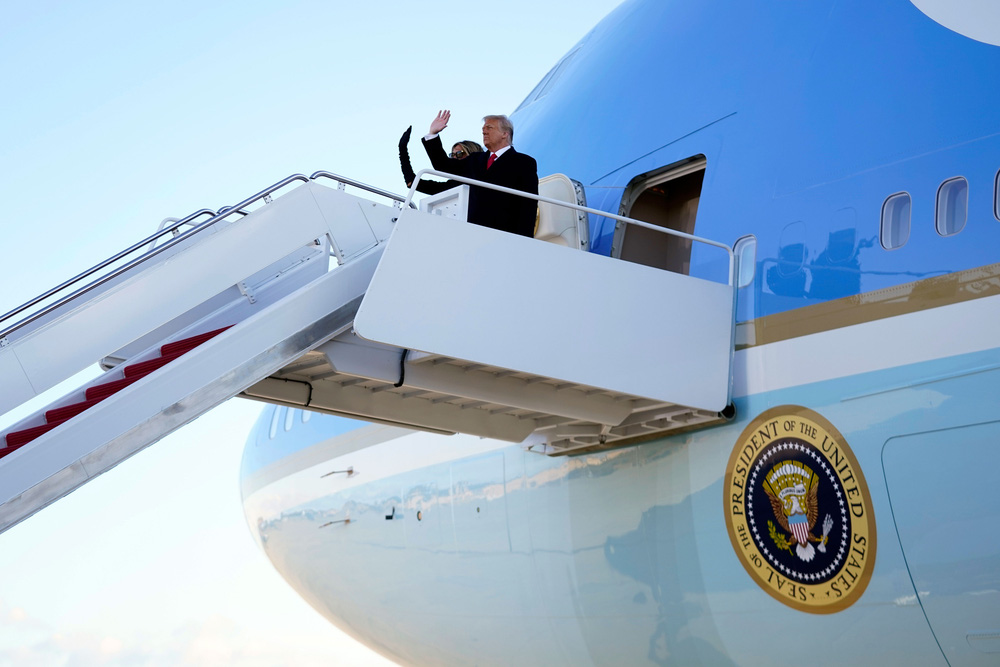 Tổng thống Trump rời Nhà Trắng lần cuối với 21 phát đại bác tiễn biệt, tuyên bố sẽ trở lại - Ảnh 14.