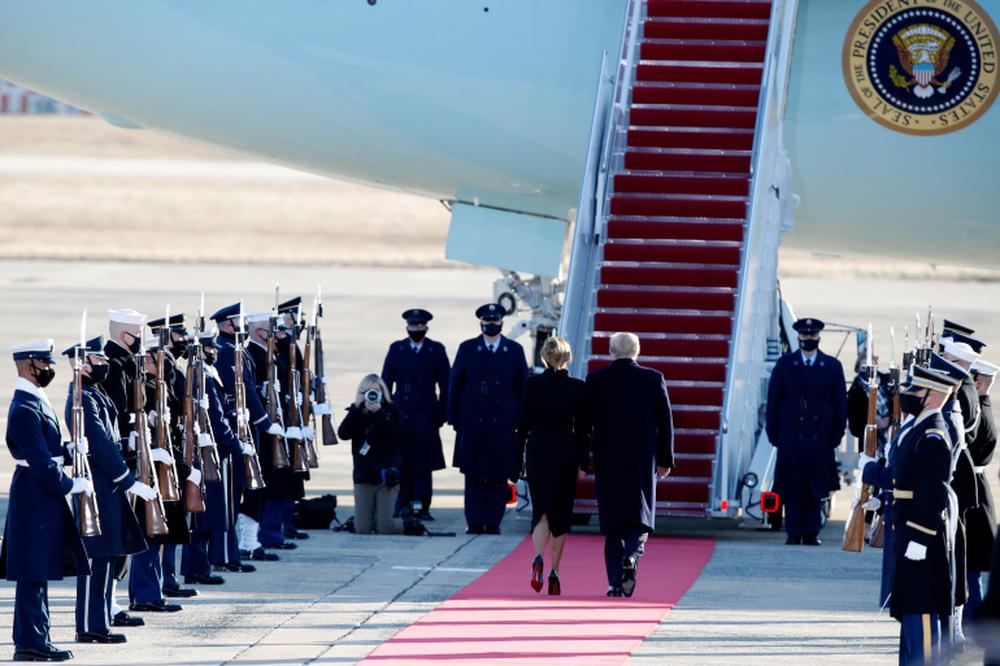 Tổng thống Trump rời Nhà Trắng lần cuối với 21 phát đại bác tiễn biệt, tuyên bố sẽ trở lại - Ảnh 12.