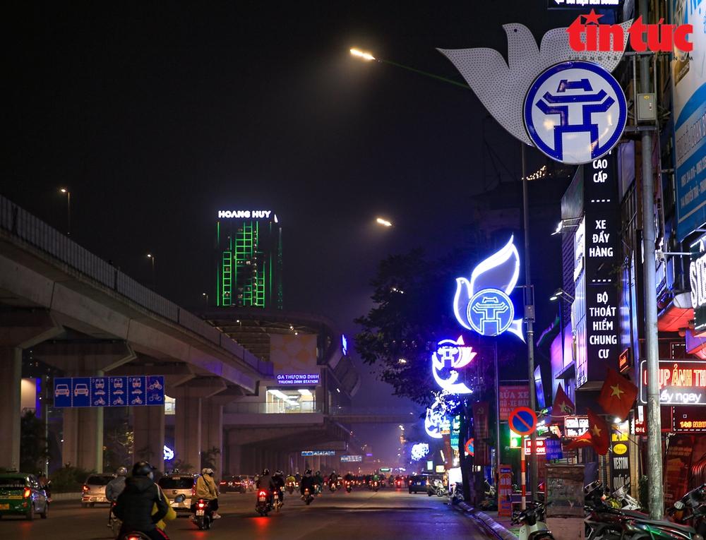 Hà Nội rực sáng trong đêm chào mừng Đại hội XIII của Đảng - Ảnh 9.