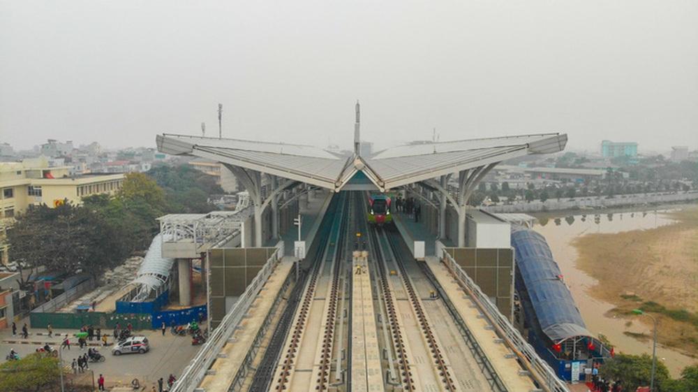 CLIP: Người dân ùn ùn kéo tới nhà ga S1, soi nội thất tàu tuyến đường sắt Nhổn - ga Hà Nội - Ảnh 2.