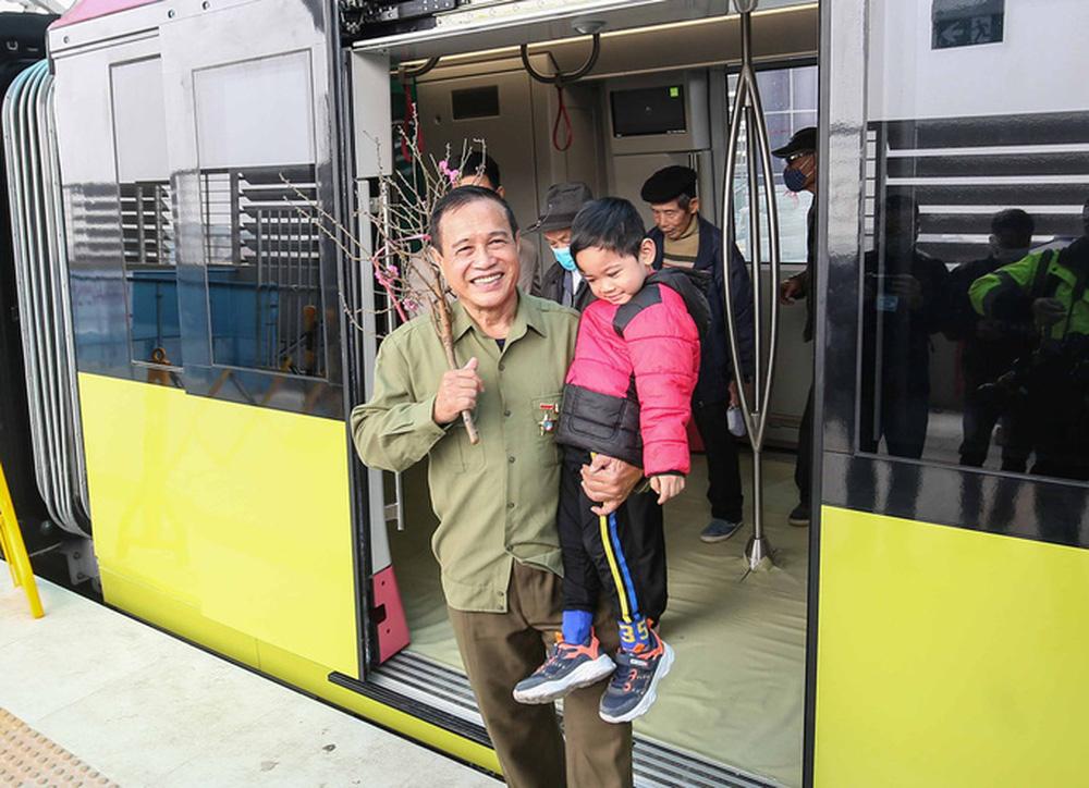 CLIP: Người dân ùn ùn kéo tới nhà ga S1, soi nội thất tàu tuyến đường sắt Nhổn - ga Hà Nội - Ảnh 17.
