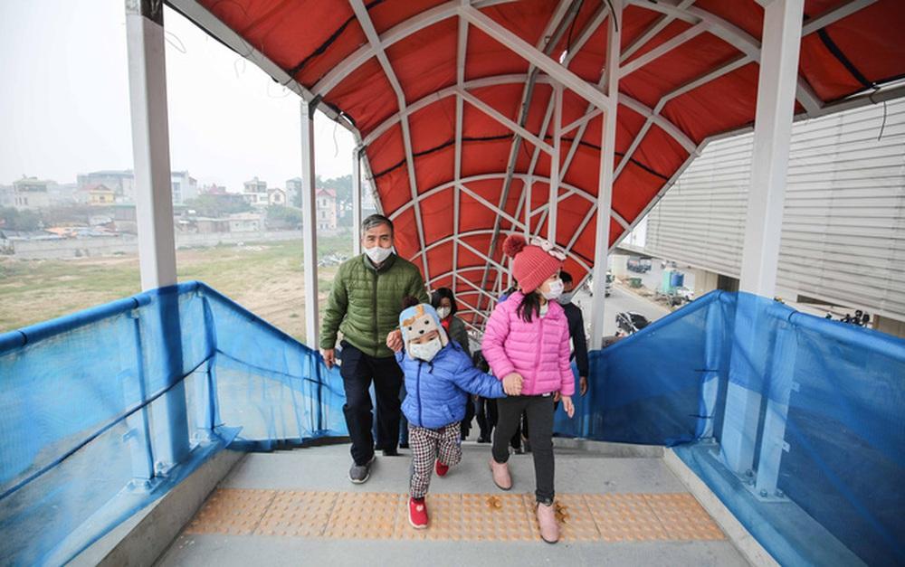CLIP: Người dân ùn ùn kéo tới nhà ga S1, soi nội thất tàu tuyến đường sắt Nhổn - ga Hà Nội - Ảnh 6.