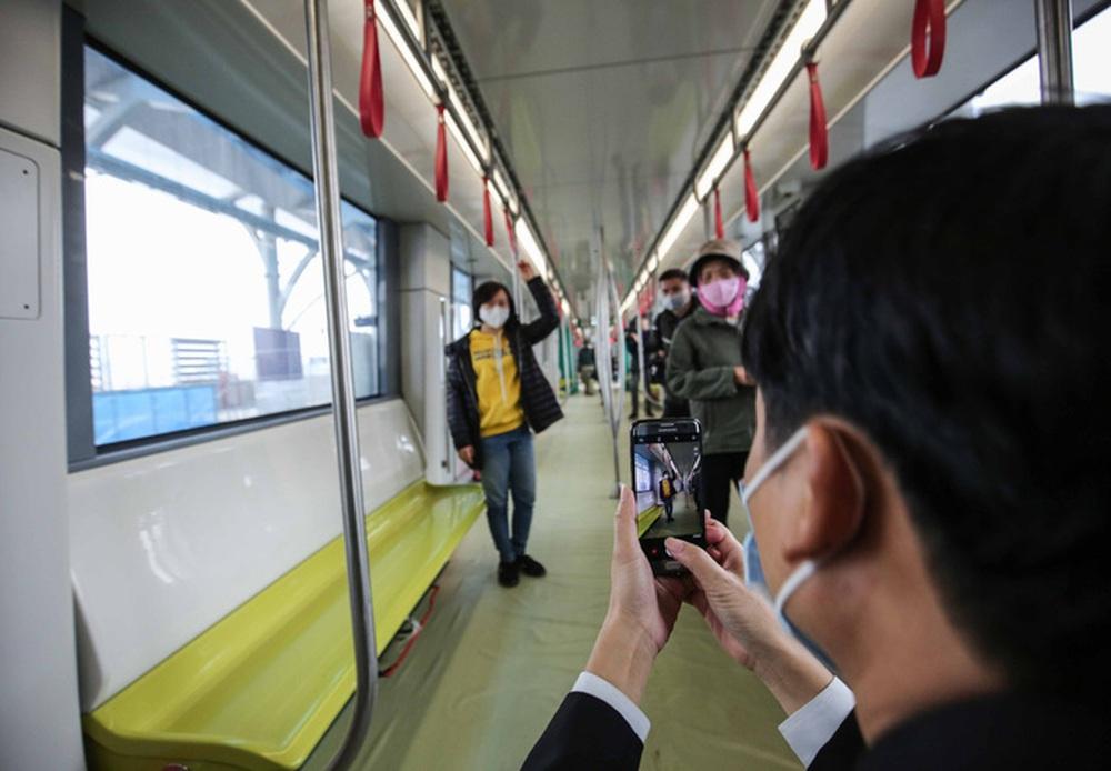 CLIP: Người dân ùn ùn kéo tới nhà ga S1, soi nội thất tàu tuyến đường sắt Nhổn - ga Hà Nội - Ảnh 10.
