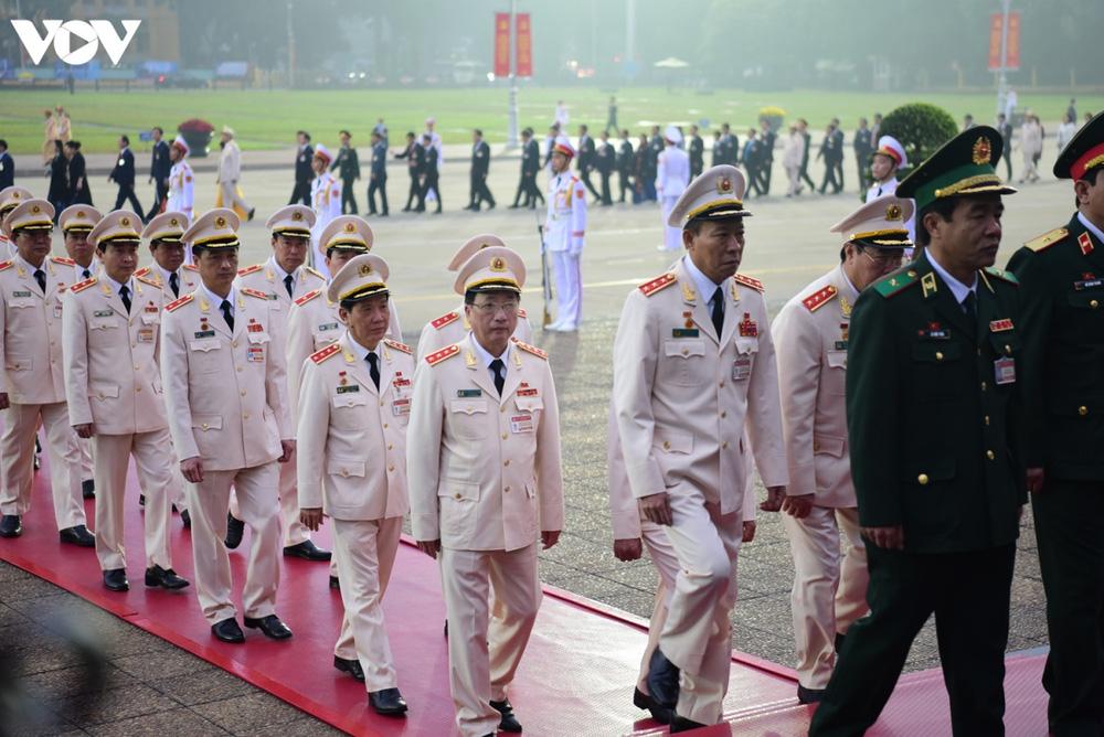 Lãnh đạo Đảng, Nhà nước và các đại biểu dự Đại hội XIII vào Lăng viếng Bác - Ảnh 10.