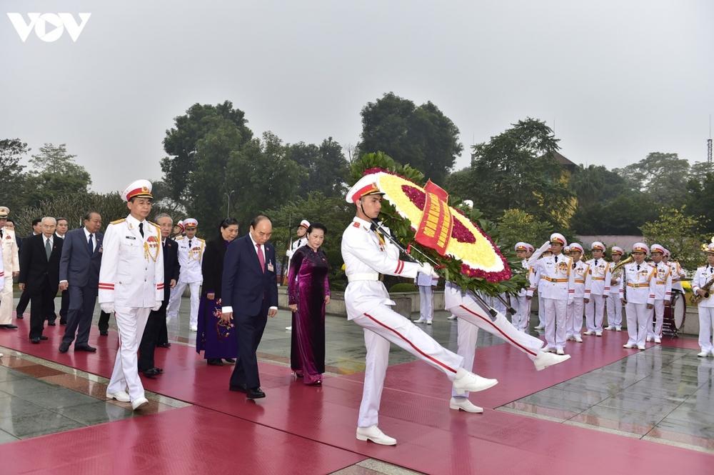 Lãnh đạo Đảng, Nhà nước và các đại biểu dự Đại hội XIII vào Lăng viếng Bác - Ảnh 12.