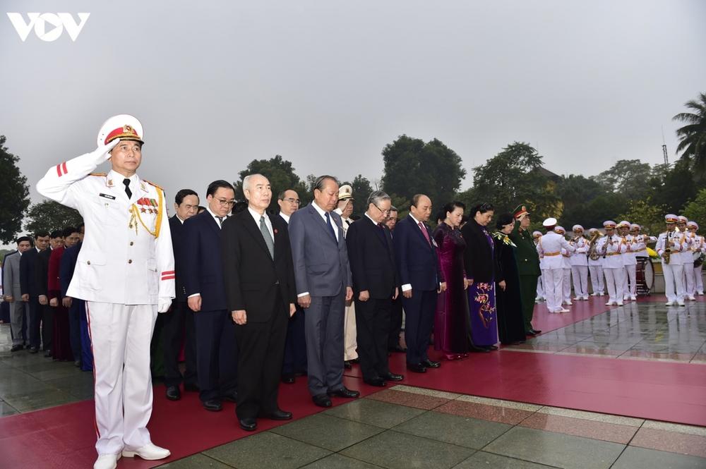 Lãnh đạo Đảng, Nhà nước và các đại biểu dự Đại hội XIII vào Lăng viếng Bác - Ảnh 13.