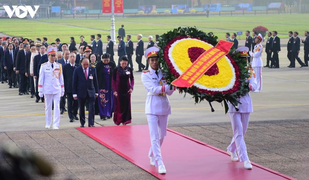 Lãnh đạo Đảng, Nhà nước và các đại biểu dự Đại hội XIII vào Lăng viếng Bác - Ảnh 4.