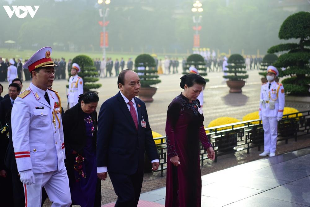 Lãnh đạo Đảng, Nhà nước và các đại biểu dự Đại hội XIII vào Lăng viếng Bác - Ảnh 6.