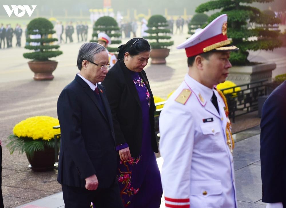 Lãnh đạo Đảng, Nhà nước và các đại biểu dự Đại hội XIII vào Lăng viếng Bác - Ảnh 7.