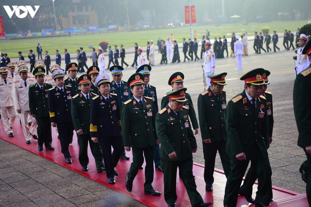 Lãnh đạo Đảng, Nhà nước và các đại biểu dự Đại hội XIII vào Lăng viếng Bác - Ảnh 9.