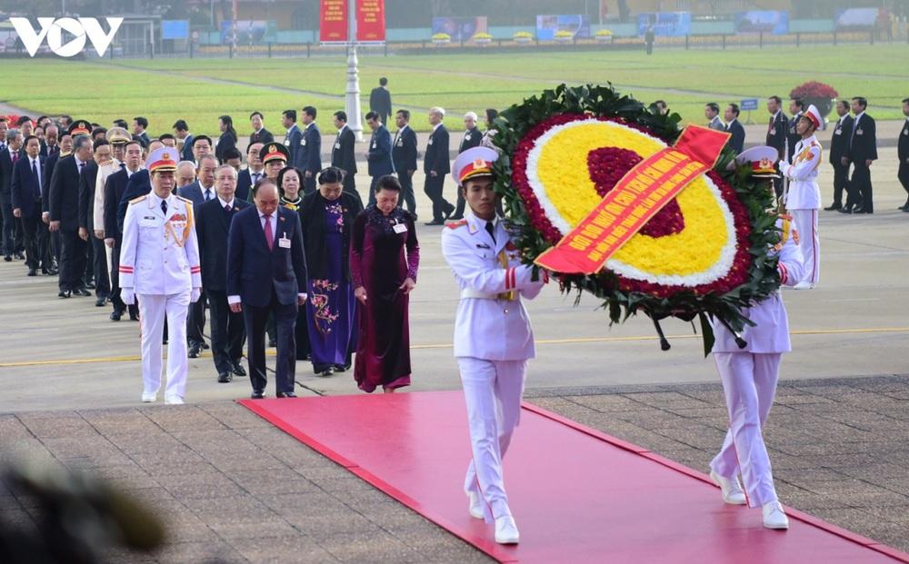 Lãnh đạo Đảng, Nhà nước và các đại biểu dự Đại hội XIII vào Lăng viếng Bác
