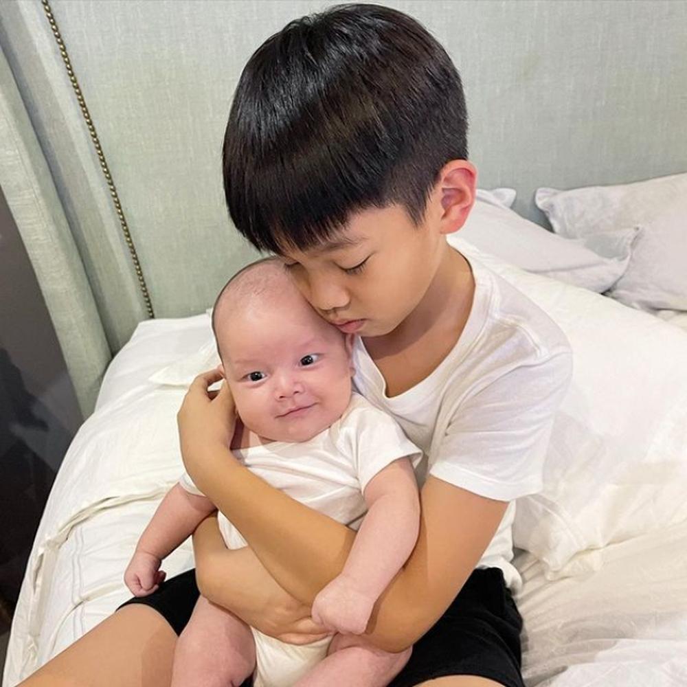 Hình ảnh đáng yêu của Subeo: Nhìn mẹ Hà không chớp mắt, gối đầu lên chân bố Kim Lý - Ảnh 3.