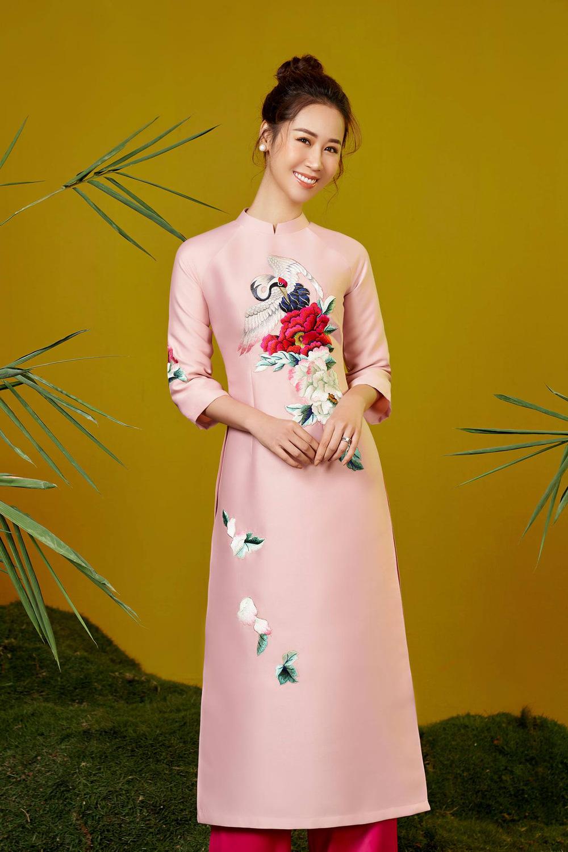 Hoa hậu Dương Thùy Linh duyên dáng với áo dài, khoe nhan sắc trẻ trung tuổi U40 - Ảnh 3.