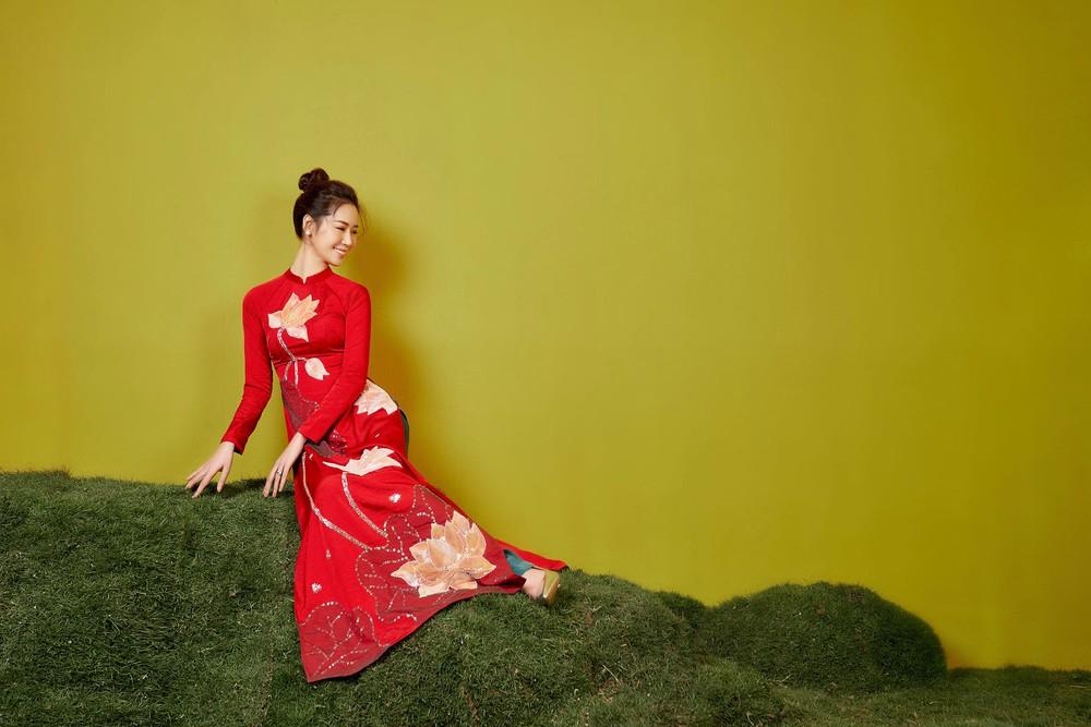 Hoa hậu Dương Thùy Linh duyên dáng với áo dài, khoe nhan sắc trẻ trung tuổi U40 - Ảnh 2.