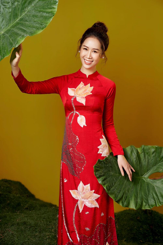 Hoa hậu Dương Thùy Linh duyên dáng với áo dài, khoe nhan sắc trẻ trung tuổi U40 - Ảnh 1.