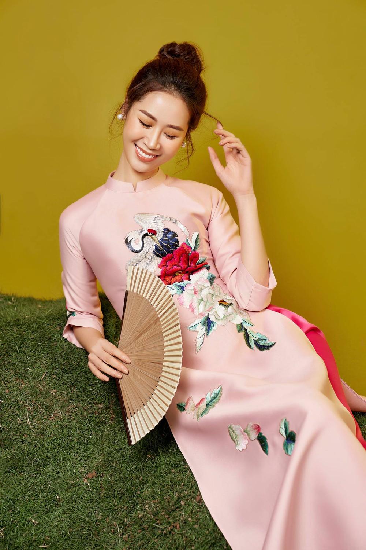 Hoa hậu Dương Thùy Linh duyên dáng với áo dài, khoe nhan sắc trẻ trung tuổi U40 - Ảnh 4.