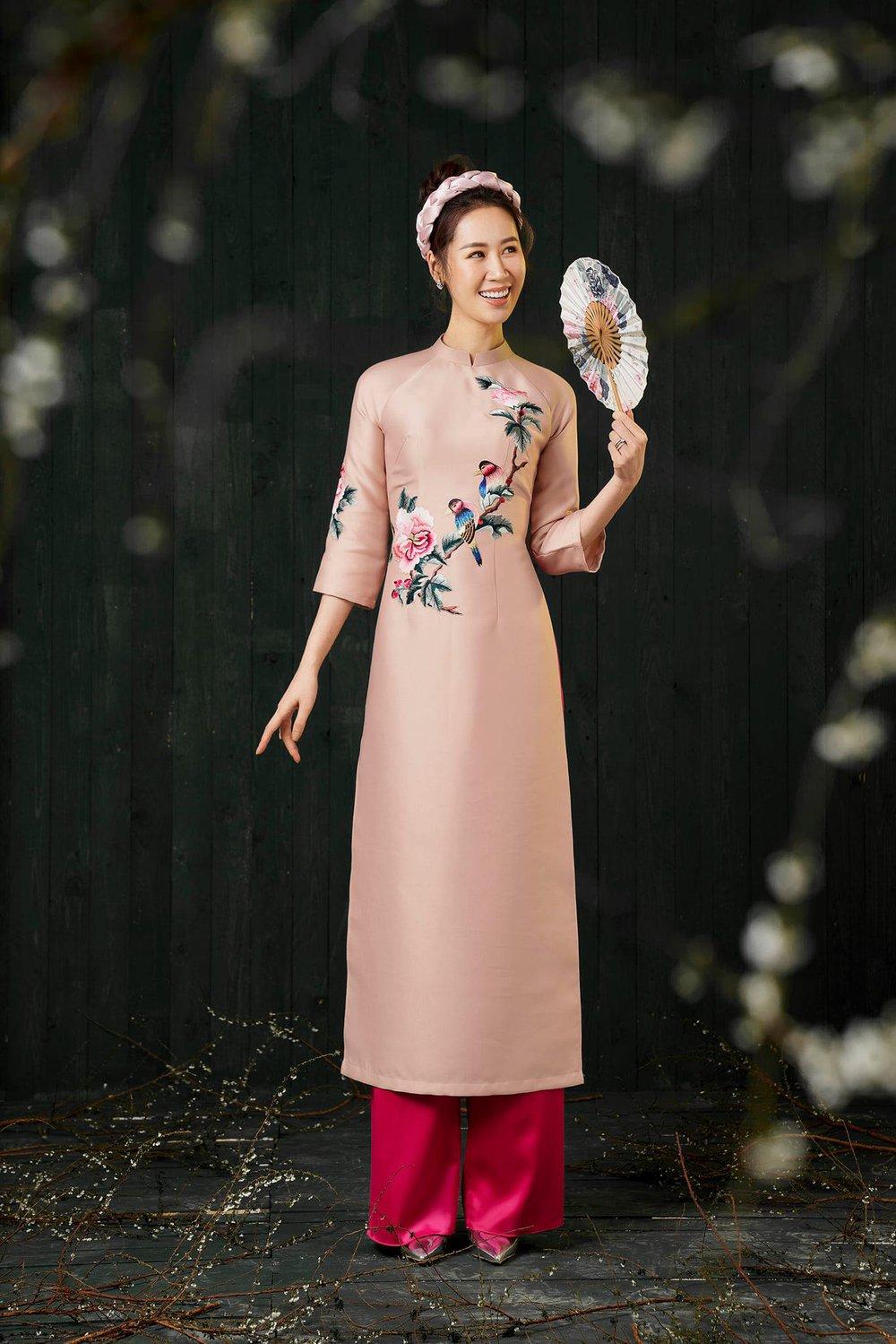 Hoa hậu Dương Thùy Linh duyên dáng với áo dài, khoe nhan sắc trẻ trung tuổi U40 - Ảnh 9.
