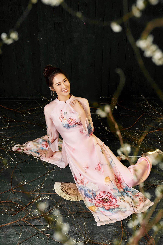 Hoa hậu Dương Thùy Linh duyên dáng với áo dài, khoe nhan sắc trẻ trung tuổi U40 - Ảnh 7.