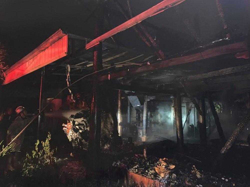 Cháy lớn tại nhà sàn 300m2 với nhiều tượng gỗ quý - Ảnh 1.