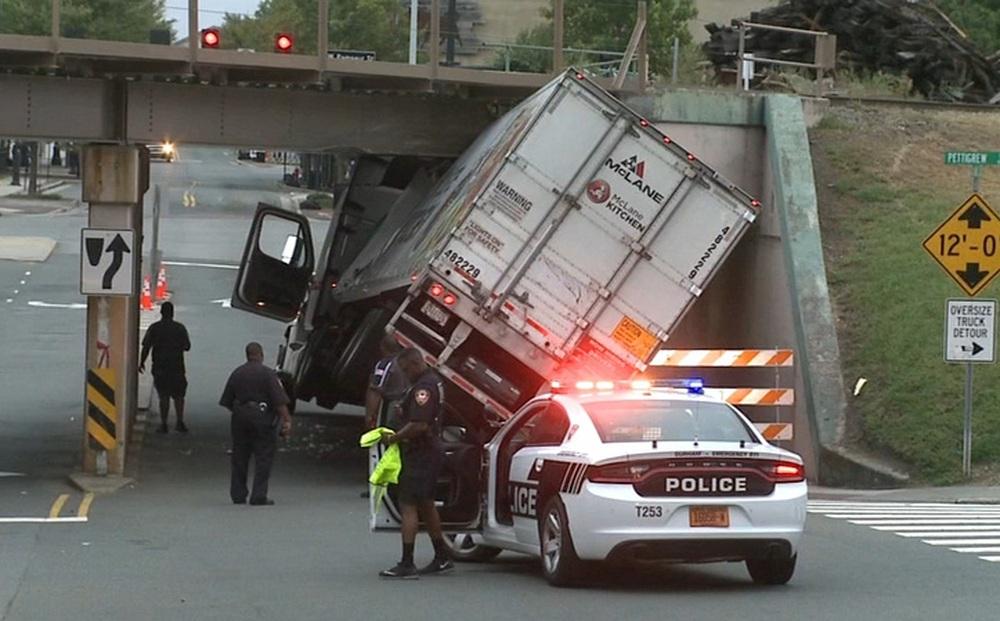 Xe tải đi qua cầu bị mắc kẹt, cả thành phố bó tay, cậu bé hỏi 1 câu đã giải quyết xong