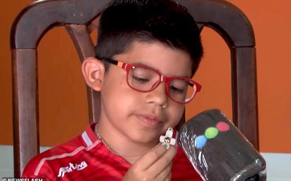 Mua sợi dây chuyền làm quà tặng sinh nhật cho con trai, bố không ngờ 1 hôm nó đã cứu mạng cậu bé