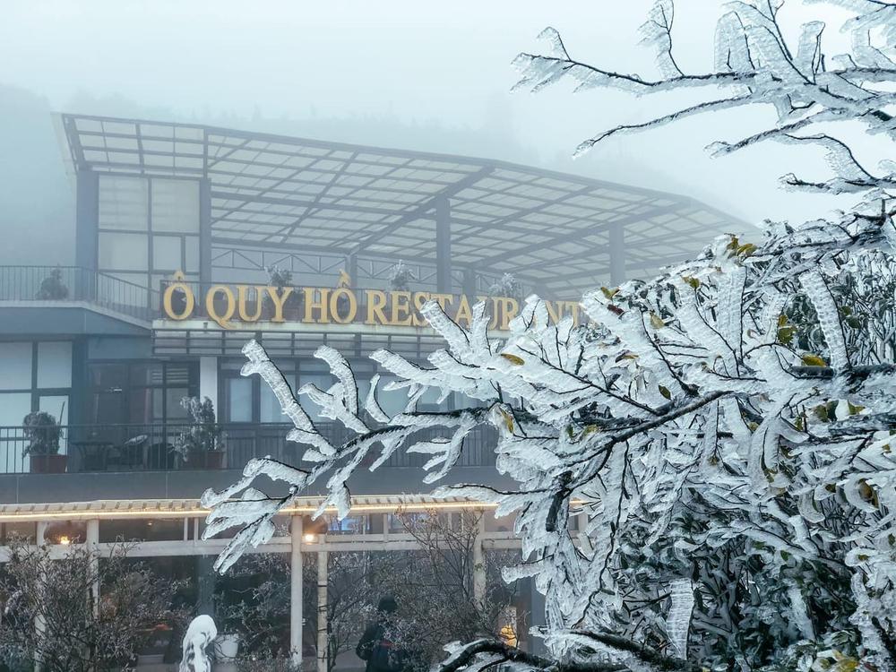 Ùn tắc đèo Ô Qúy Hồ - Sa Pa do nhiều du khách đổ lên xem băng tuyết - Ảnh 2.