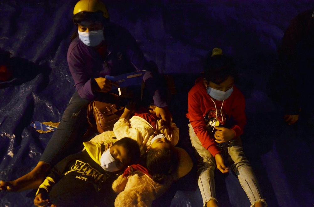 TP. HCM: Người dân ùn ùn đổ về quê, bà bầu, trẻ em vật vạ ngủ suốt đêm trên xe khi bị yêu cầu quay đầu - Ảnh 5.
