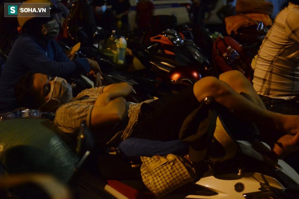 TP. HCM: Người dân ùn ùn đổ về quê, bà bầu, trẻ em vật vạ ngủ suốt đêm trên xe khi bị yêu cầu quay đầu - Ảnh 10.
