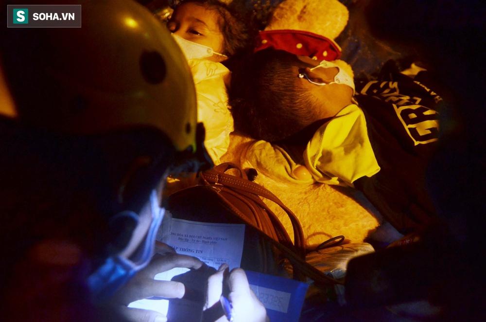 TP. HCM: Người dân ùn ùn đổ về quê, bà bầu, trẻ em vật vạ ngủ suốt đêm trên xe khi bị yêu cầu quay đầu - Ảnh 6.