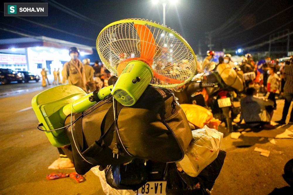 TP. HCM: Người dân ùn ùn đổ về quê, bà bầu, trẻ em vật vạ ngủ suốt đêm trên xe khi bị yêu cầu quay đầu - Ảnh 7.