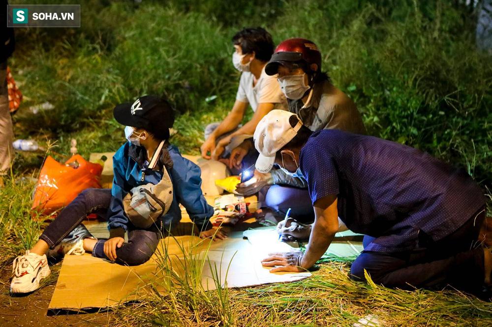 TP. HCM: Người dân ùn ùn đổ về quê, bà bầu, trẻ em vật vạ ngủ suốt đêm trên xe khi bị yêu cầu quay đầu - Ảnh 4.