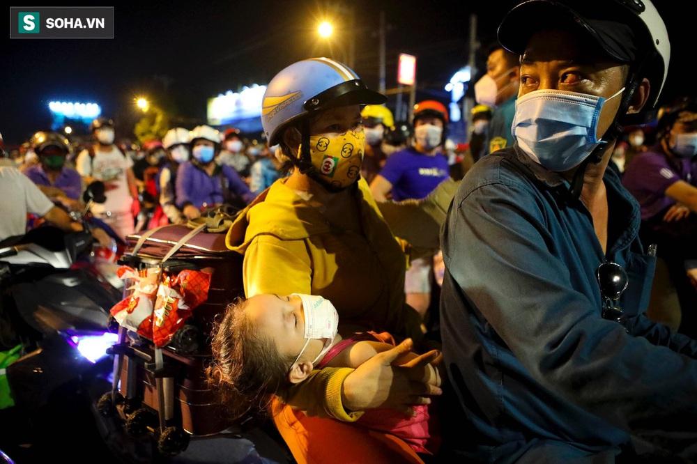 TP. HCM: Người dân ùn ùn đổ về quê, bà bầu, trẻ em vật vạ ngủ suốt đêm trên xe khi bị yêu cầu quay đầu - Ảnh 9.