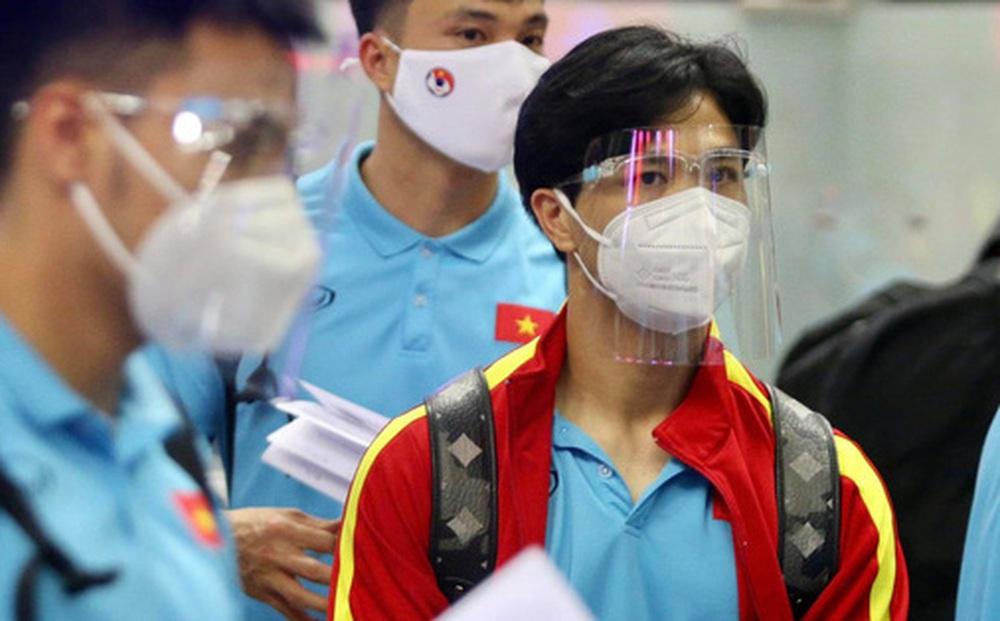 ĐT Việt Nam hạ cánh an toàn ở Dubai sau 7 giờ bay